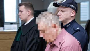 Oskarżony Paweł W. na sali sądowej. Na 25 lat więzienia za zabójstwo żony skazał