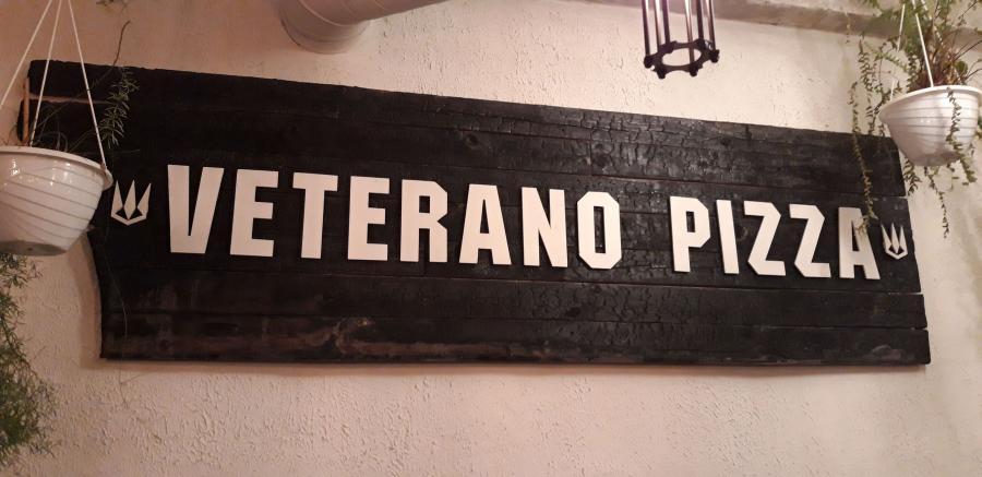 Veterano Pizza w Dnieprze w nowej siedzibie, poprzednią została podpalona, co pokazuje zachowana tablica