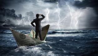 Mężczyzna w łódce na wzburzonym morzu