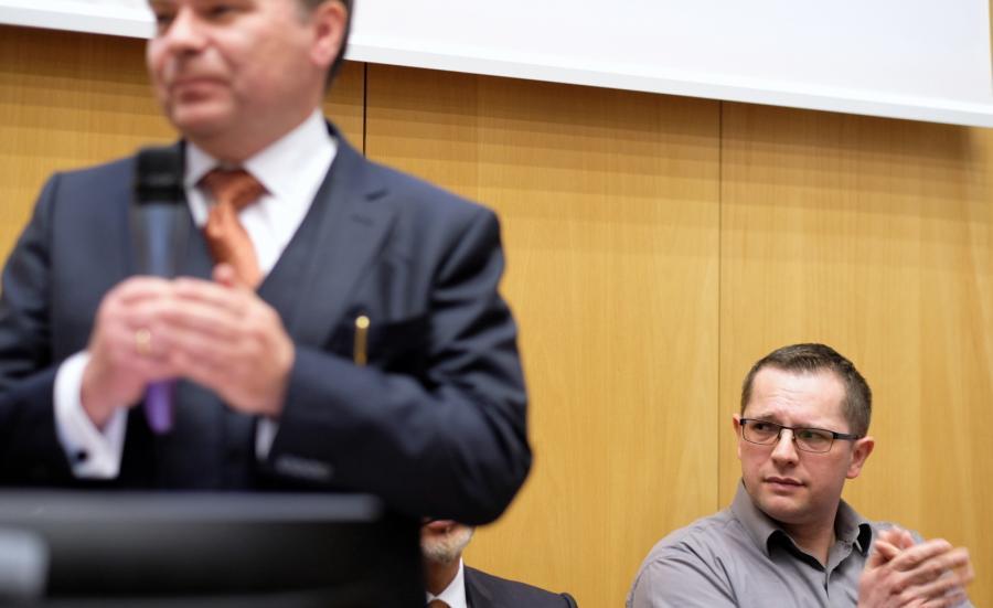 Dyrektor Centrum Onkologii profesor Krzysztof Składowski (L) i ojciec operowanego Tymka - Robert (P), podczas konferencji prasowej