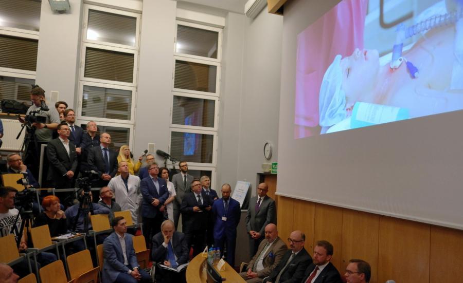 Profesor Adam Maciejewski podczas konferencji prasowej, w gliwickim Centrum Onkologii