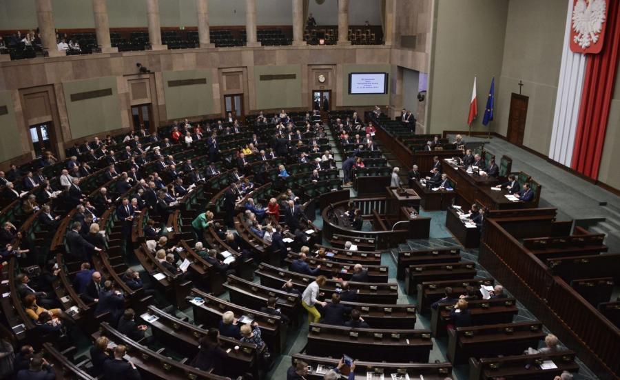 Posłowie na sali obrad podczas posiedzenia Sejmu