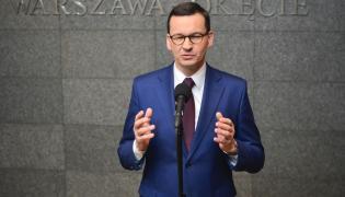 Premier Mateusz Morawiecki podczas konferencji prasowej na warszawskim Okęciu przed wylotem do Brukseli