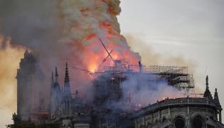 Notre-Dame w Paryżu - pożar mid-epa07509101