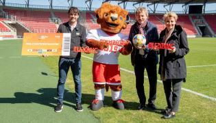 Prezydent Łodzi Hanna Zdanowska (P), prezes PZPN Zbigniew Boniek (2P), były zawodnik piłkarskiej reprezentacji Hiszpanii Fernando Morientes (L), oraz oficjalna maskotka mistrzostw świata