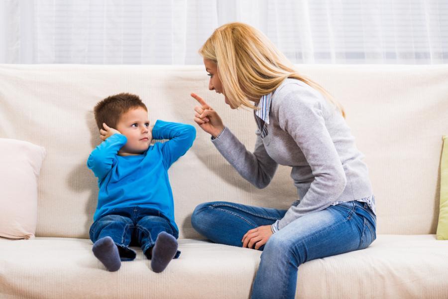 Matka krzyczy na syna