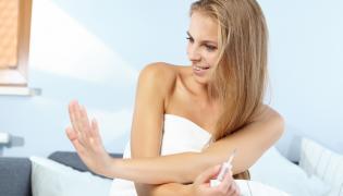 Kobieta robi manicure