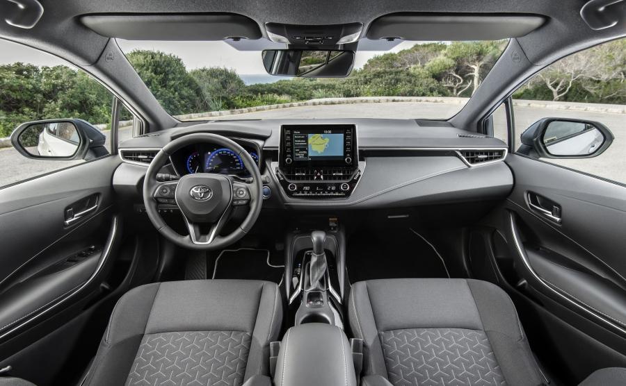 Toyota Corolla. Nowe wnętrze, nowe materiały, nowa jakość. W wersji z 2-litrową hybrydą kierowca może łopatkami wybierać pomiędzy sześcioma wirtulanymi przełożeniami
