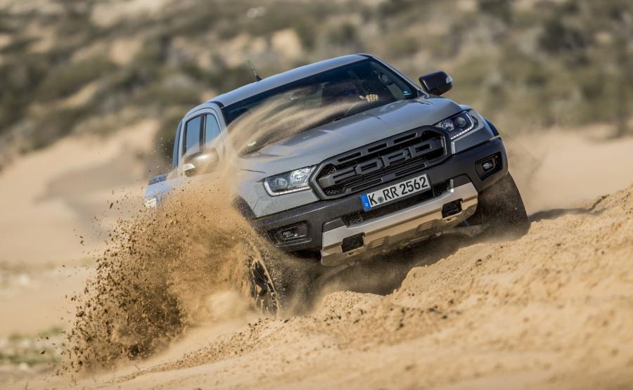 Ford Ranger Raptor. Fabrycznie podrasowany pikap amerykańskiej marki kolejne przeszkody zdobywa niczym czołg. Wystarczy oddać go w ręce doświadczonego kierowcy, by przekonać się o ogromnym potencjale konstrukcji