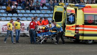 Patryk Rolnicki (na noszach) z MrGarden GKM Grudziądz opuszcza tor w karectce po wypadku podczas meczu żużlowej Ekstraligi z truly.work Stal Gorzów