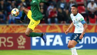 Zawodnik Argentyny Patricio Perez (P) i Luvuyo Phewa (L) z RPA podczas meczu grupy F piłkarskich mistrzostw świata do lat 20 w Tychach