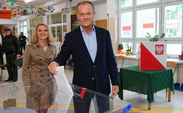 Przewodniczący Rady Europejskiej Donald Tusk (P) z żoną Małgorzatą głosują w lokalu wyborczym w Sopocie