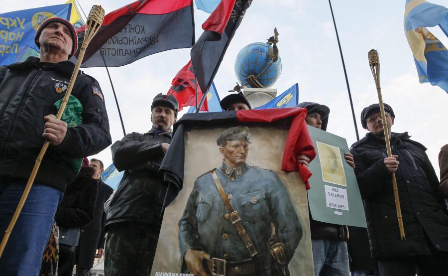 Ukraińscy nacjonaliści z portretem Romana Szuchewycza