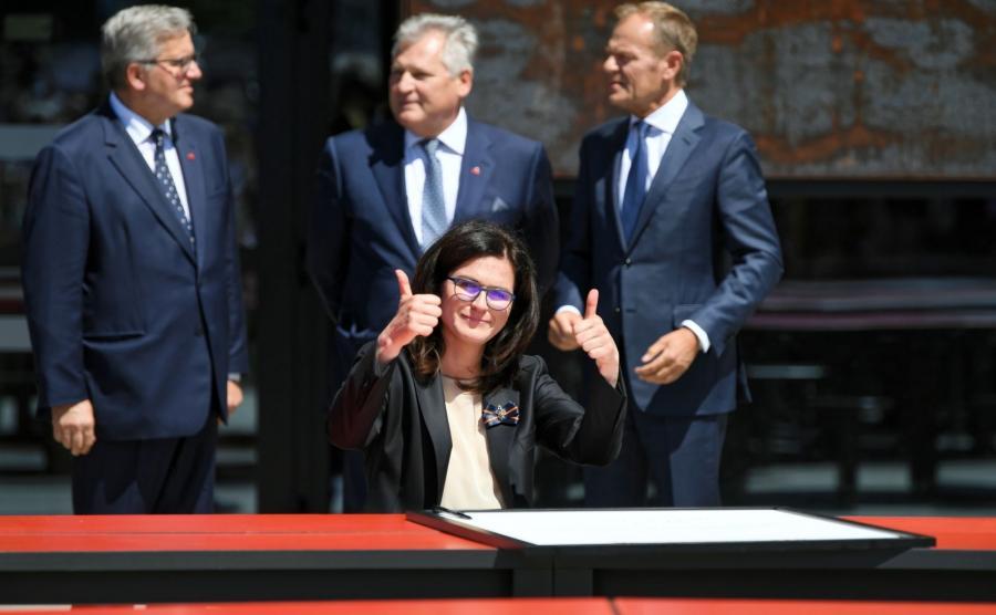 Prezydent miasta Aleksandra Dulkiewicz (C) podpisała \