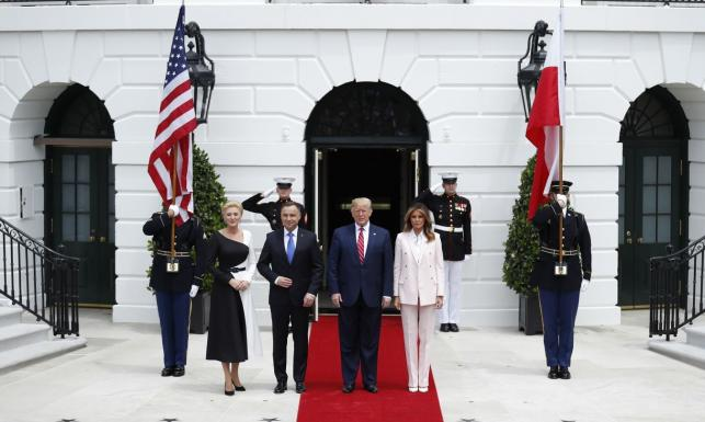 Prezydent Duda z małżonką w USA. Tak wyglądało powitanie przed Białym Domem [ZDJĘCIA]