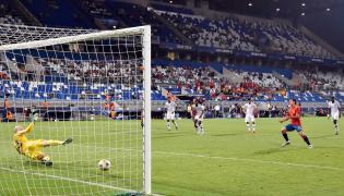 Mikel Oyarzabal wykonuje rzut karny