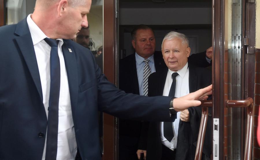 Prezes PiS Jarosław Kaczyński wychodzi z siedziby partii na Nowogrodzkiej