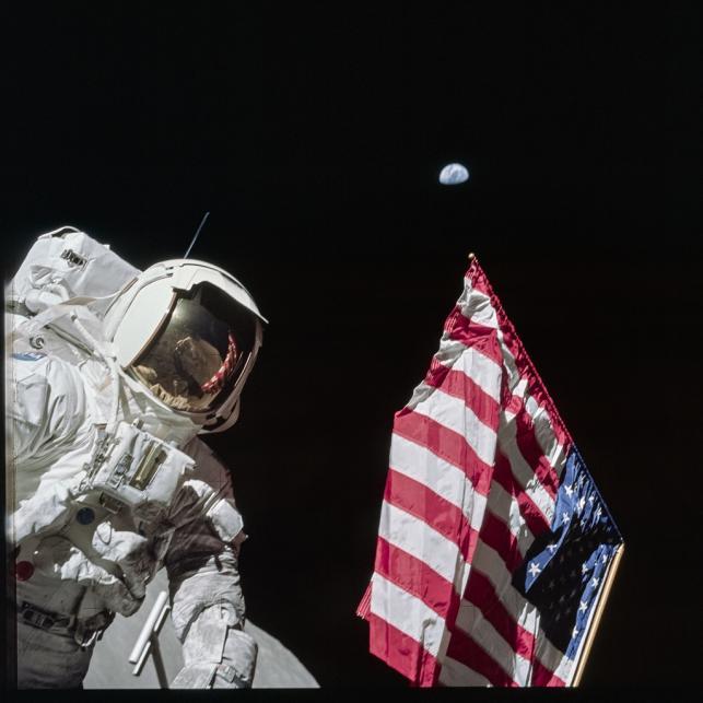 Jack Schmitt pozujący z flagą, Dolina Taurus-Littrow, 11‒14.12.1972. Fot. Gene Cernan/NASA
