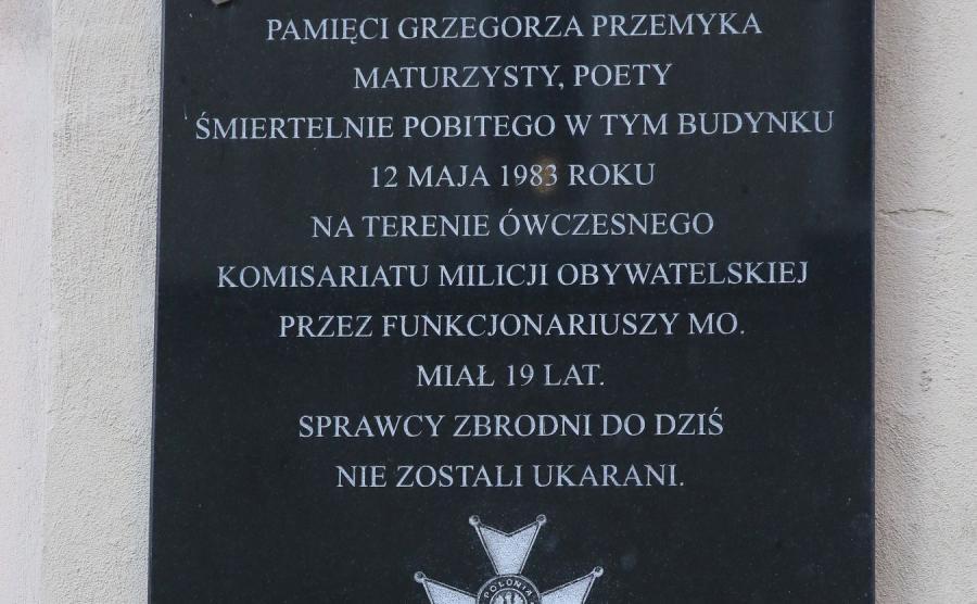 Tablica poświęcona pamięci Grzegorza Przemyka