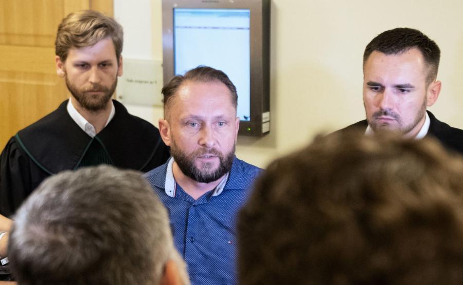 Dziennikarz Kamil Durczok na korytarzu Sądu Rejonowego w Piotrkowie Trybunalskim