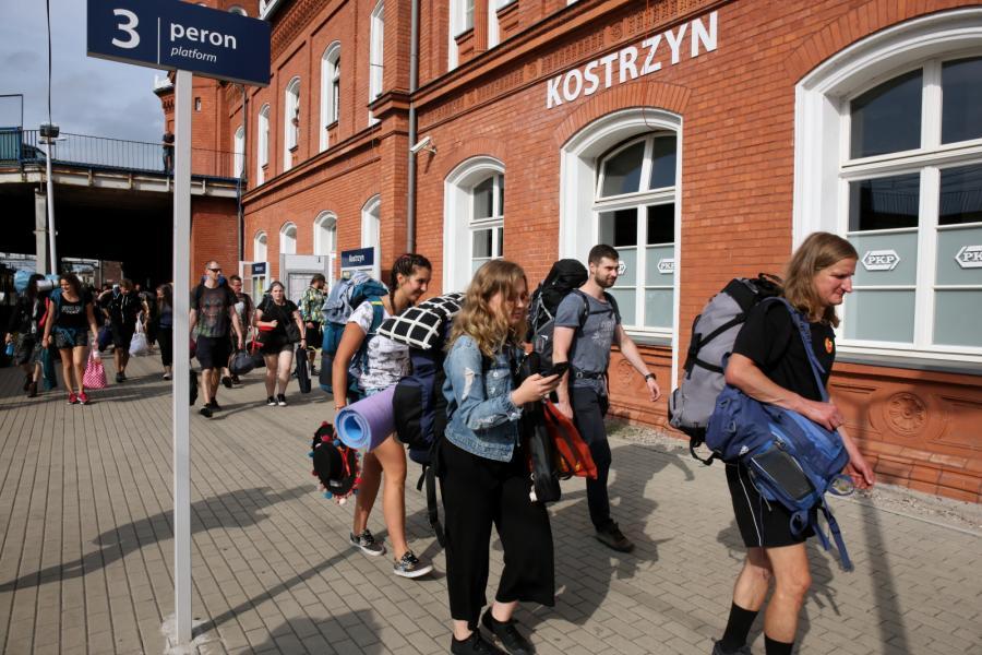 Fani przybywają do Kostrzyna nad Odrą na Pol\'and\'Rock Festival
