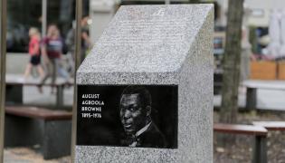 Odsłonięcie pamiątkowego kamienia poświęconego pamięci Augusta Agboli O'Browna