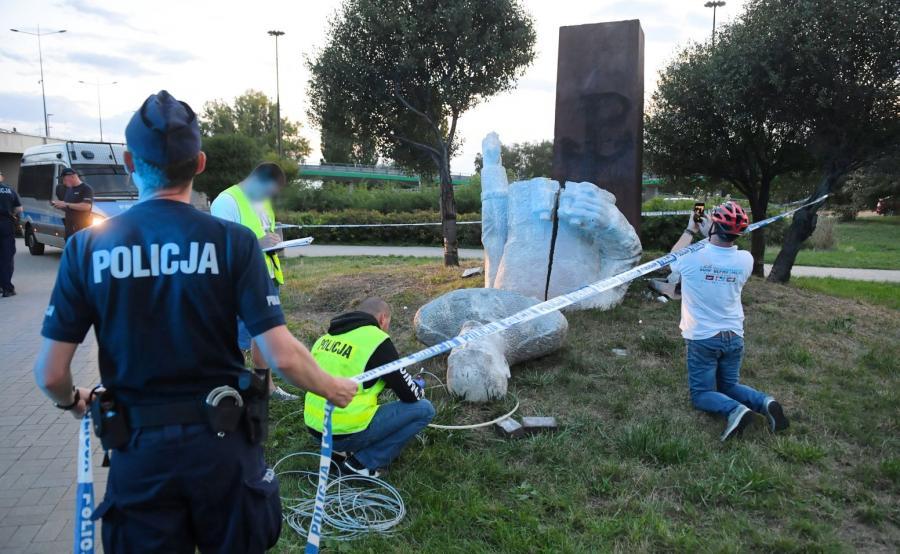 Przewrócony pomnik gen. Berlinga