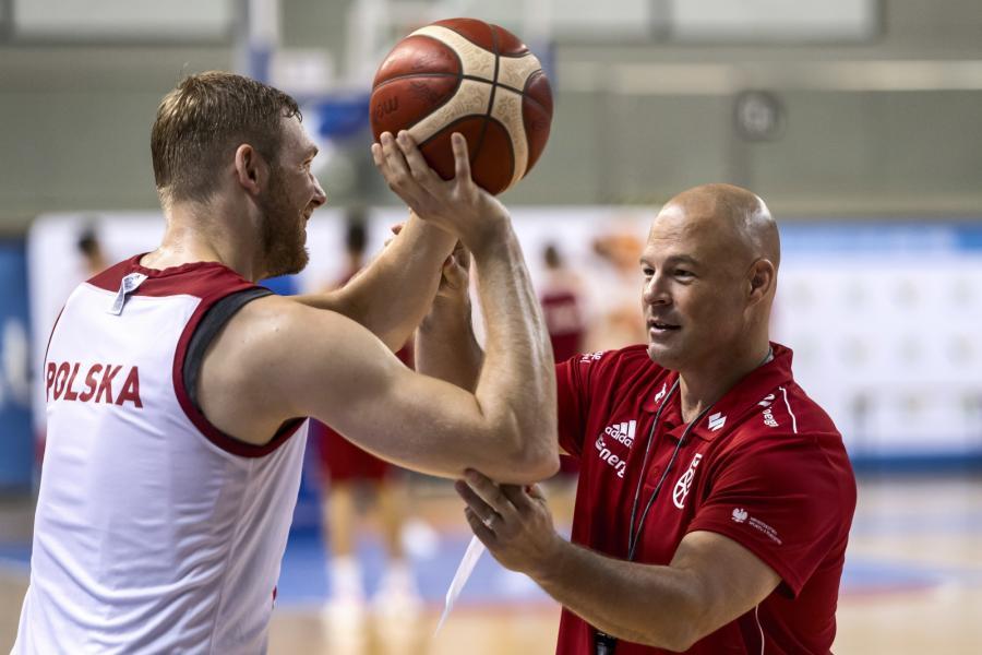 Szkoleniowiec Mike Taylor (P) i niski skrzydłowy Michał Sokołowski (L) na treningu podczas zgrupowania reprezentacji Polski koszykarzy