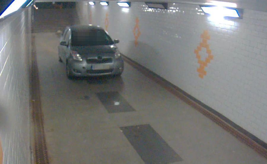 Samochód zatrzymał się w tunelu. Jechało nim czterech mężczyzn