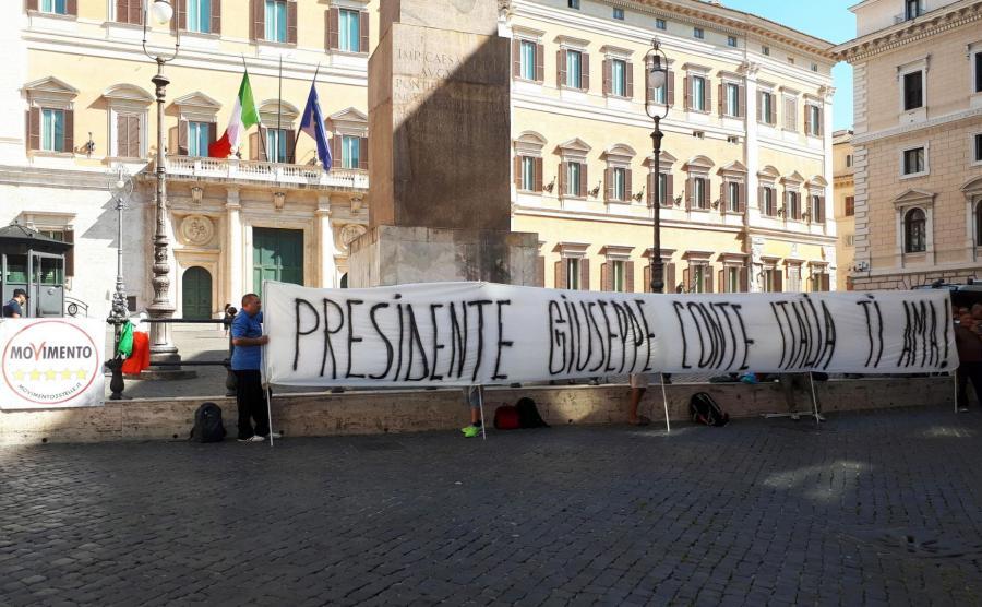 Transparent z hasłem Premierze Giuseppe Conte, Włochy cię kochają