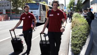 Piłkarz reprezentacji Polski Grzegorz Krychowiak (L) i bramkarz kadry Wojciech Szczęsny (P) po przyjeździe do hotelu w Lublanie