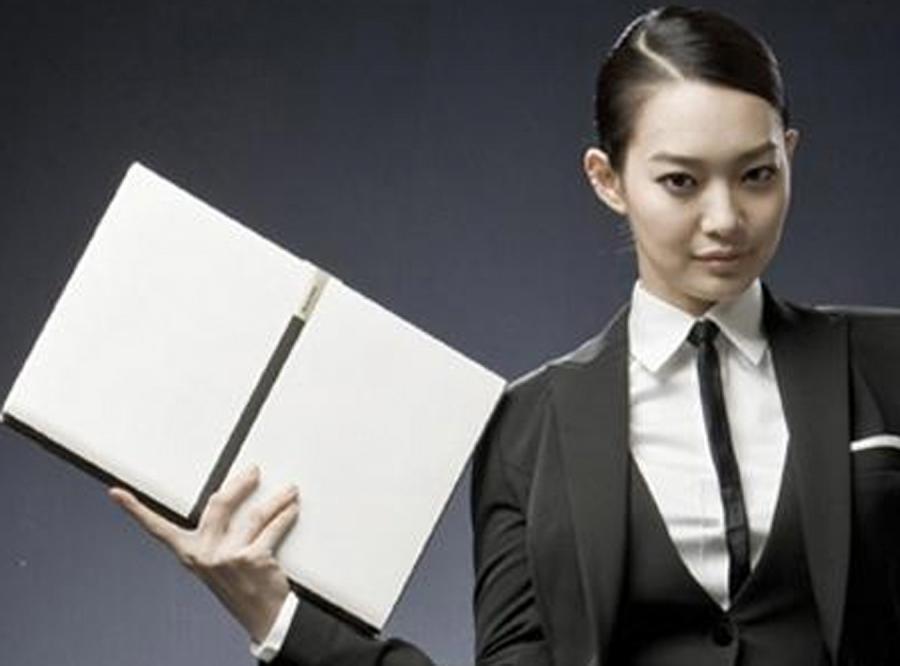 Laptop dla rasowej bizneswomen