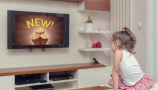 Dziewczyna ogląda reklamy telewizyjne