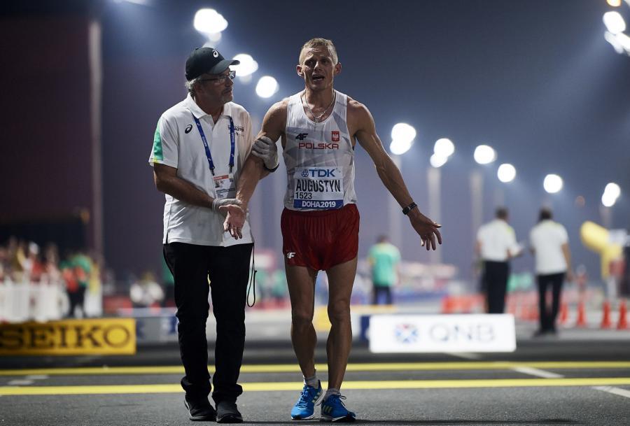 Rafał Augustyn (C) na mecie chodu na 50 km podczas lekkoatletycznych mistrzostw świata w Dausze