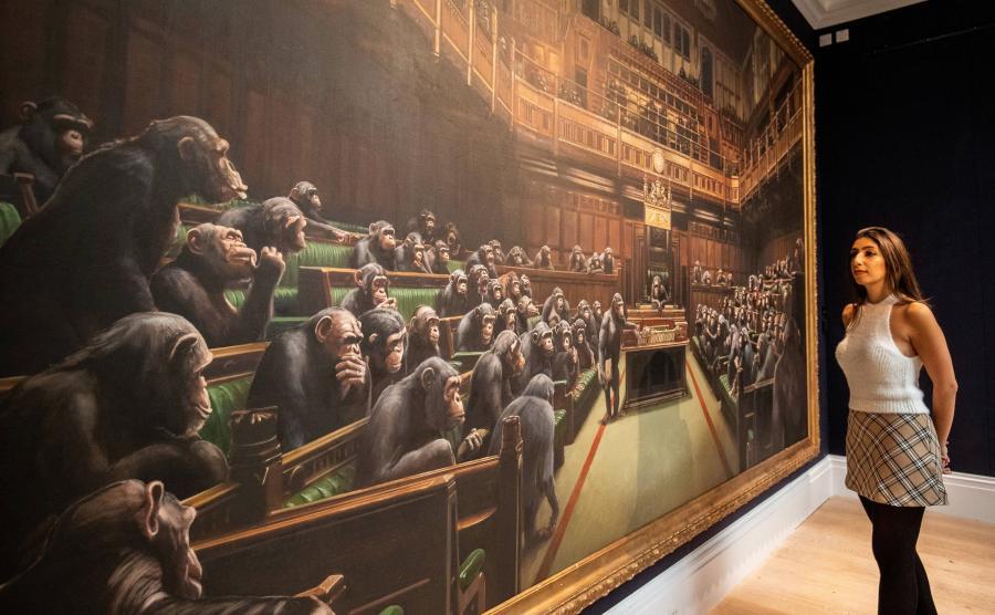 Obraz Banksy\'ego przedstawiający szympansy w Izbie Gmin