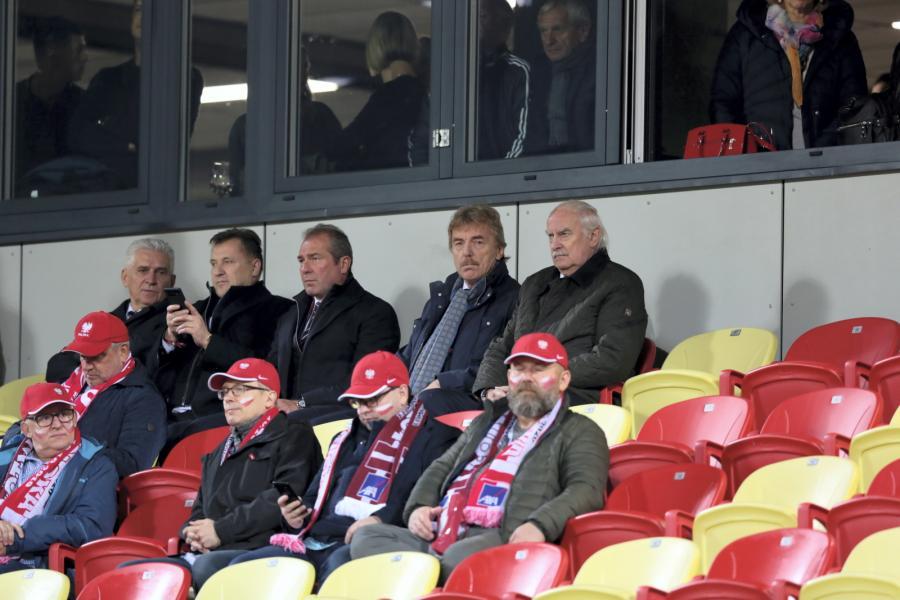 Prezes PZPN Zbigniew Boniek (drugi rząd-2P) podczas meczu grupy G eliminacji piłkarskich mistrzostw Europy z Łotwą, na stadionie Daugava w Rydze