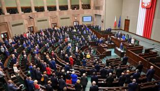 Posłowie uczcili minutą ciszy zmarłych posłów Kornela Morawiecki i Jana Szyszkę podczas posiedzenia izby
