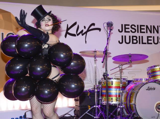 Tancerka burleski na urodzinach centrum handlowego Klif