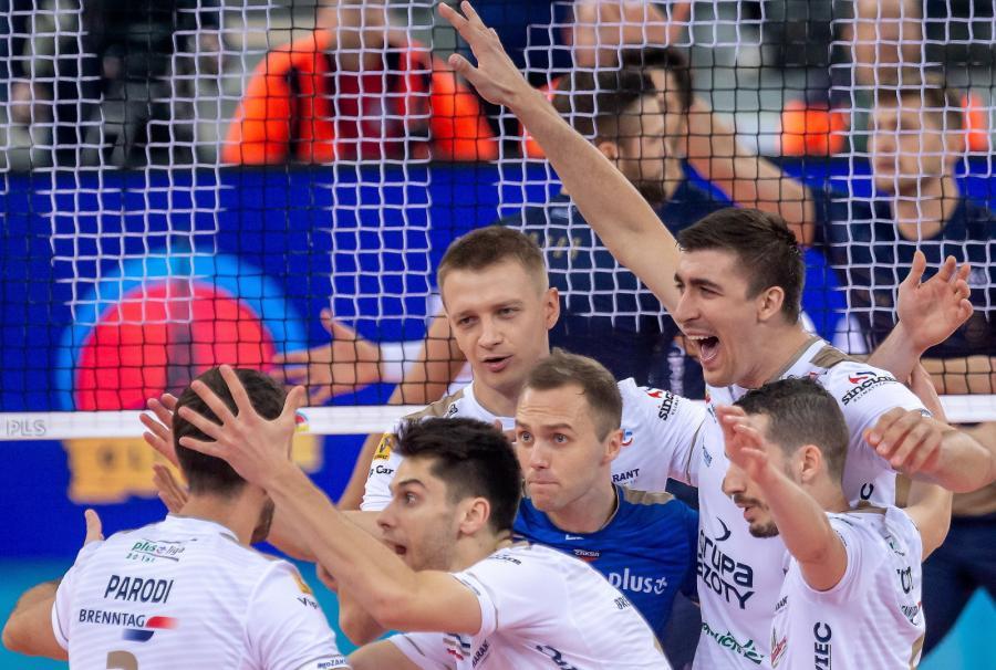 Siatkarze Zaksy Kędzierzyn-Koźle cieszą się podczas meczu o Superpuchar Polski z Projektem Warszawa