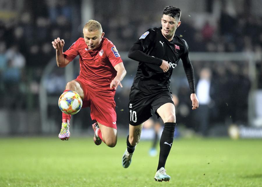 Piłkarz Bytovii Adrian Kwiatkowski (L) i Pelle van Amersfoort (P) z Cracovii podczas meczu 1/16 finału Pucharu Polski