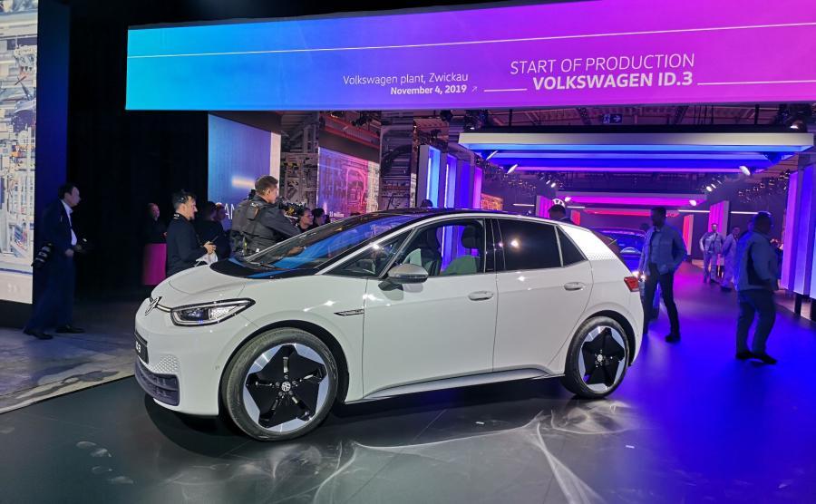 Volkswagen ID.3 to najważniejsza premiera niemieckiej marki. Tak dla kierowców, jak i VW, dla którego ten nowy model na prąd oznacza początek nowej, elektrycznej ery w historii marki. Już dziś liczba zamówień wersji 1 Edition przekroczyła 35 tys. sztuk