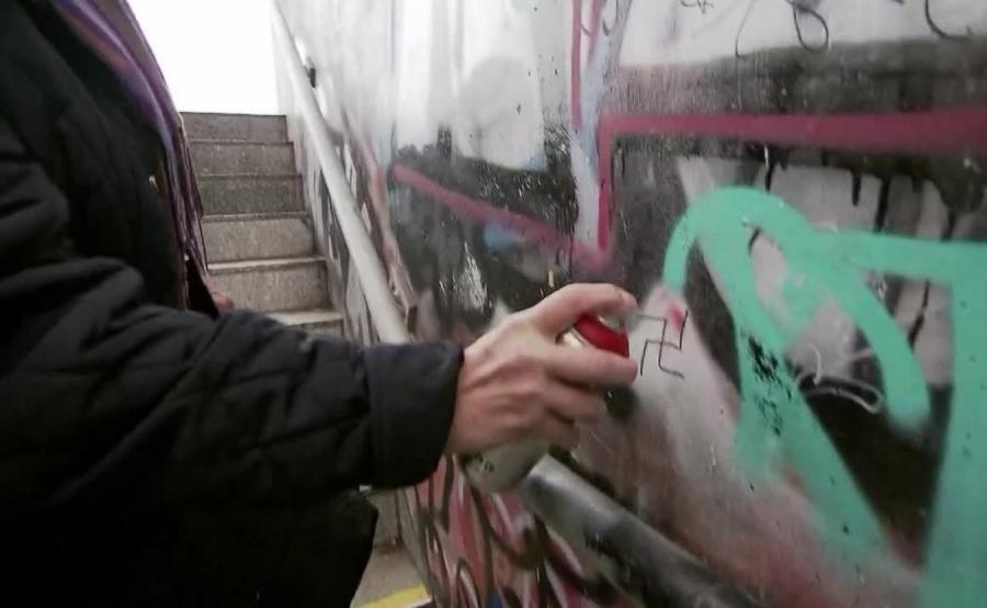 Staruszka zamalowywała neonazistowskie graffiti, została skazana przez sąd