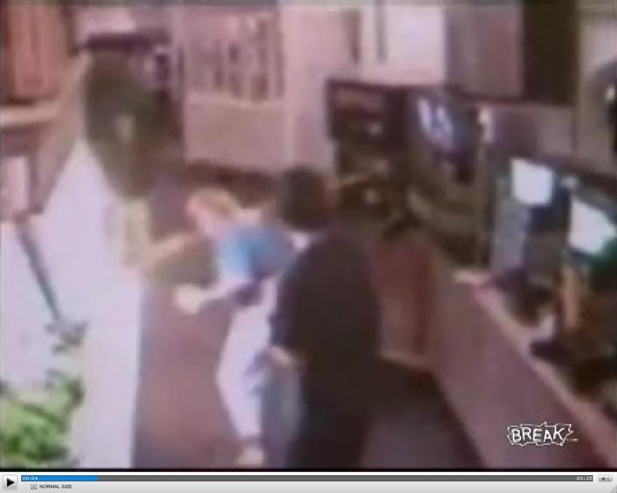 Maszyna z napojami zaatakowała klientkę