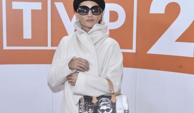 Justyna Steczkowska skryta pod białym płaszczykiem, za to z torbą z Audrey Hepburn