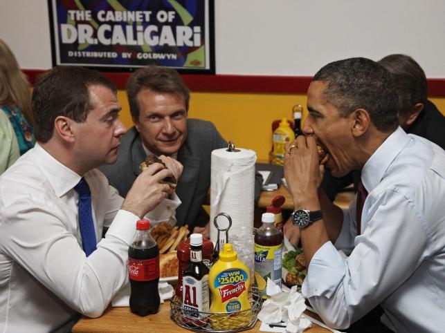 Dmitrij Miedwiediew i Barack Obama obżerają się hamburgerami
