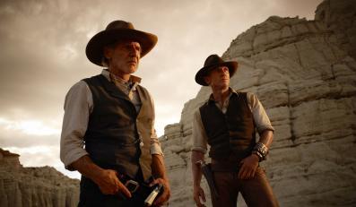 """""""Kowboje i obcy"""", czyli James Bond (Daniel Craig) i Indiana Jones (Harrison Ford) kontra kosmici dopiero 26 sierpnia"""