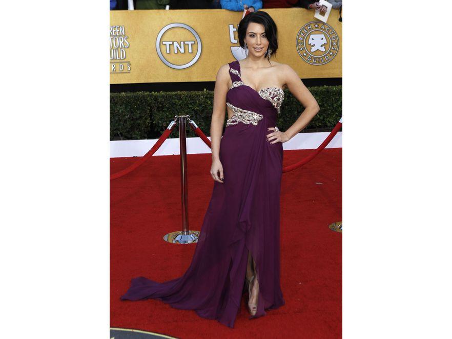 Kim Kardashian w niesłychanie kobiecej sukni z kolekcji Marchesa Resort 2011.