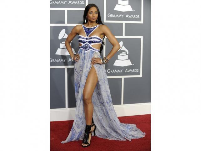 Ciara w swoim ulubionym stylu: w zwiewnej sukni z głębokim rozcięciem. Kreacja z Grammy, projektu Emilo Pucci, zniekształciła jednak jej sylwetkę.