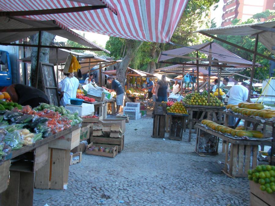 Cotygodniowy targ zapewnia świeże owoce i ryby
