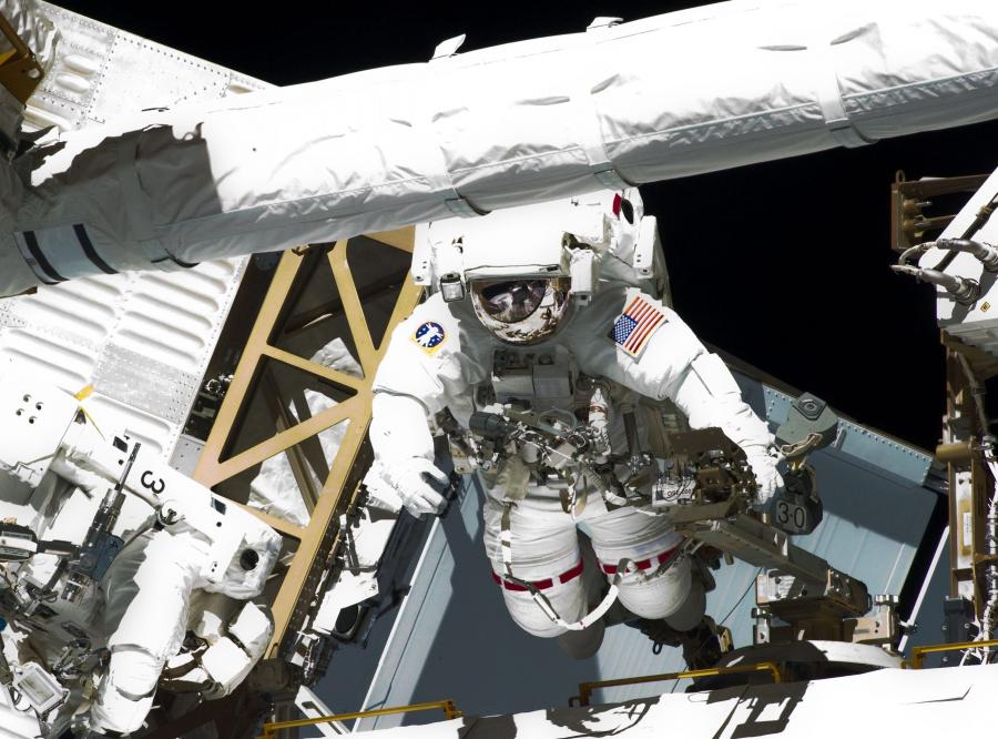 Astronauci Endeavoura Greg Chamitoff i Michael Fincke na kosmicznym spacerze